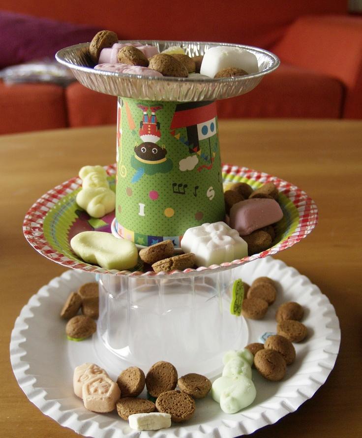 Papieren Sint etagiaires, met wegwerpservies en een lege puddingvorm #StudioNeeltje
