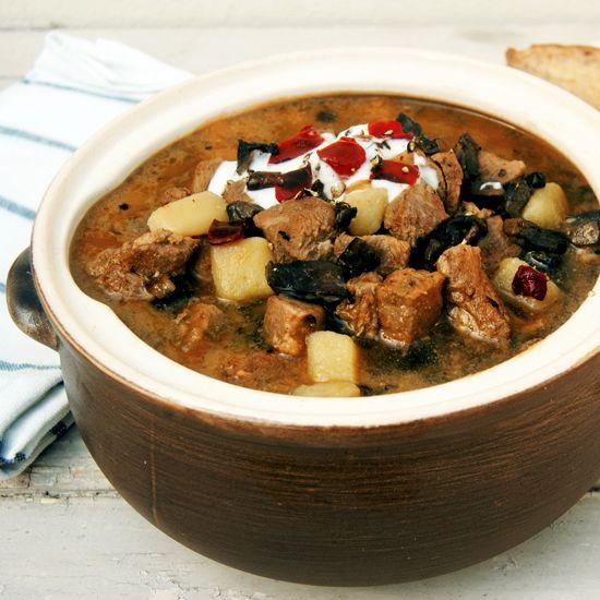 Przygotowanie dobrej zupy gulaszowej zajmuje dość sporo czasu i wymaga pracy. Wysiłek na pewno się opłaci!