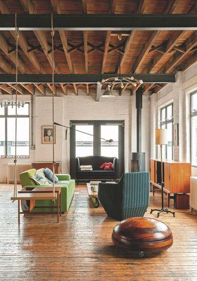Le salon de ce loft londonien est empreint de l'esprit vintage. Plus de photos sur Côté Maison http://petitlien.fr/81c9