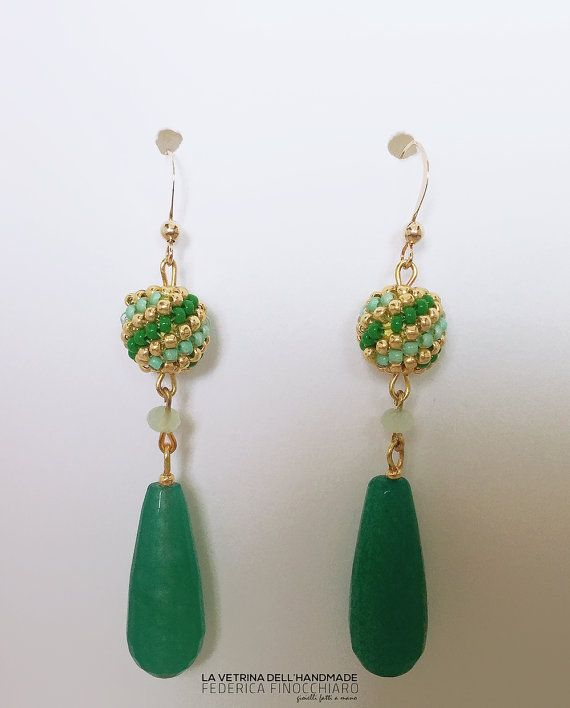 Orecchini pendenti con una goccia color verde smeraldo ed una perla rivestita da…