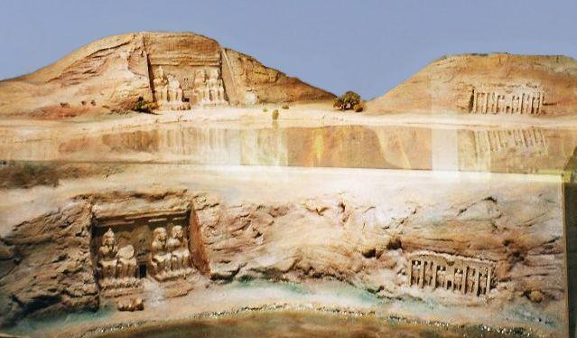 En esta foto vemos una recreación fotográfica del antiguo emplazamiento, bajo el agua (lógicamente está simulada), y cómo ha quedado el complejo por encima de la lámina acuática del lago Nasser.