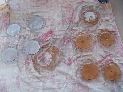 Βάφουμε τα CDs με σπρέι της επιλογής μας χρυσό η ασημί μπορεί να χρειαστεί και δύο περάσματα  http://xeirotechnies.blogspot.gr/2013/10/cd.html