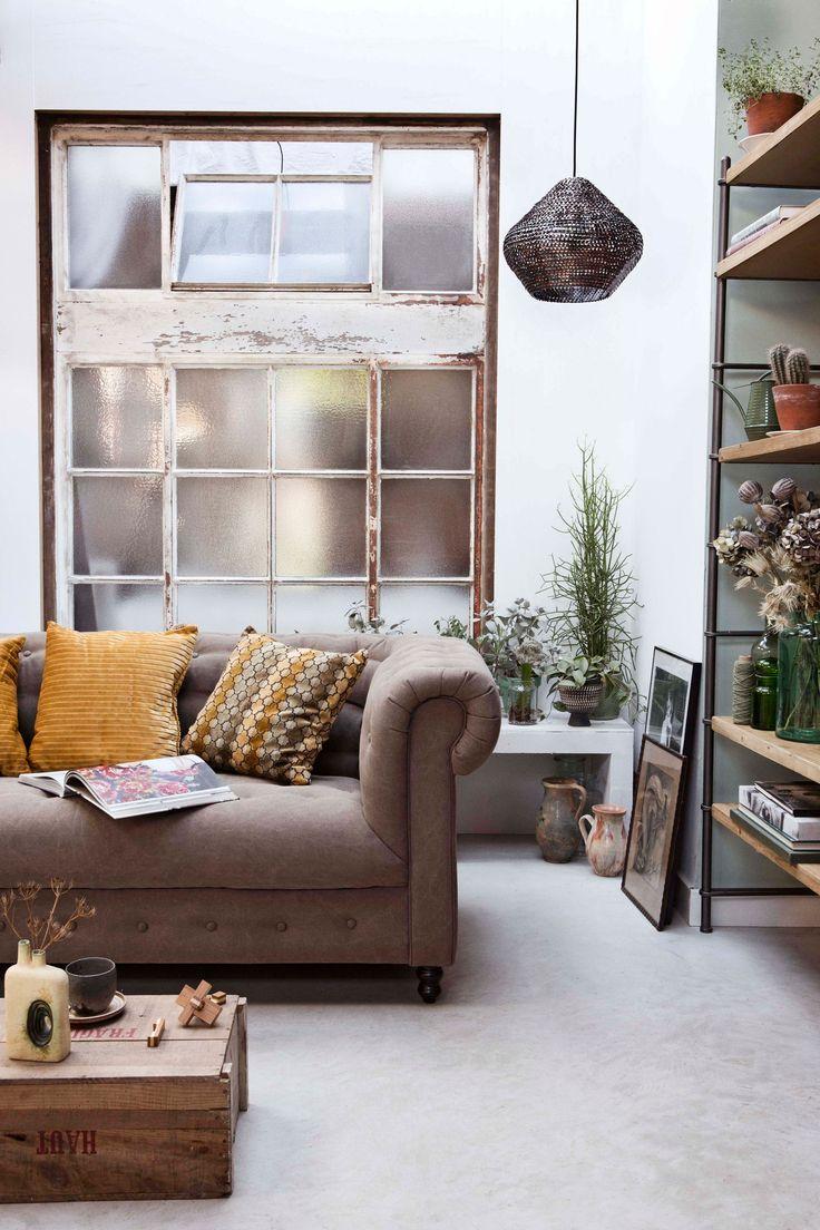 klassieke woonkamer met retro meubels | classic living room with retro furniture | Photographer Dana van Leeuwen | Styling Anke Helmich | vtwonen shop catalog Autumn 2015