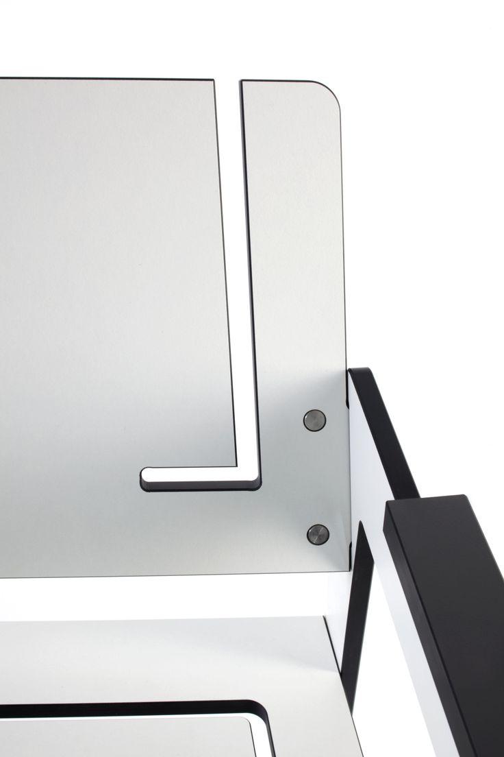 Dzięki wykorzystaniu nowoczesnego materiału HPL możliwe było stworzenie różnych kształtów, wcięć i frezowanych szczelin w siedziskach i oparciach krzeseł z kolekcji JIG