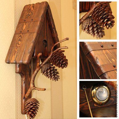 Эко-светильник `Три шишки`. Дерево. Светильник в эко-стиле, шишка на веревочке - выключатель. Веточки могут служить для хранения ключей. Благодаря неповторимой фактуре дерева создается тепло и уют в доме.  Такой светильник - это, своего рода, возвращение к…