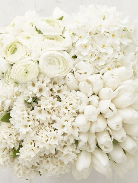 White roses and tulips for an all white wedding bouquet for the bride - Un bouquet tout blanc pour la mariée, pour un mariage immaculé.