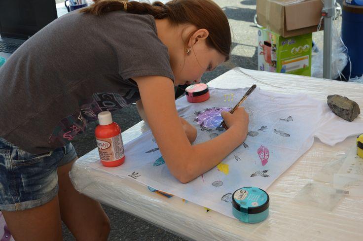 Zdobení dětského trička pomocí textilní barev, 3D pastování,razítek a konturovacích tužek