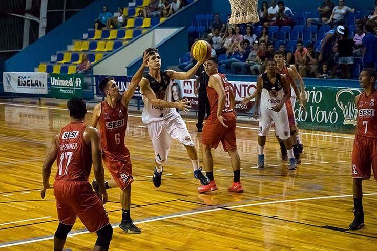 A equipe de basquetebol Sub-19 Masculino do XV de Piracicaba busca sua primeira vitória na fase de classificação do campeonato paulista da categoria