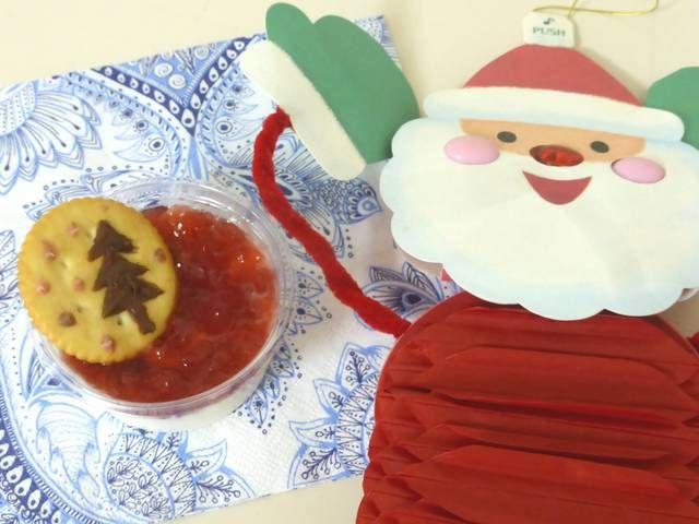 お子さまと一緒にトライ!簡単クリスマスケーキレシピ  クリスマスケーキを手作りしたいけれど自信がない!時間がない!というときに、簡単に作れるクリスマスケーキのレシピをご紹介します。ベースに市販のロールケーキやカステラ、簡単に焼けるホットケーキなどを使い、あとはデコレーションをするだけで出来上がり。簡単な上に楽しいので、子どもと一緒にクリスマスケーキを作るのにもってこいです。 #クリスマス