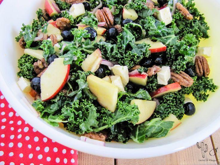 Salade de kale, pommes, bleuets, brie et pacane à l'érable