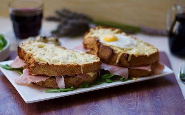 Il french toast e le sue varianti Se siete stati a Parigi sicuramente vi sarà capitato di assaggiare o anche solo trovare nel menù di qualche bistrot un french toast. Ecco le differenze tra i tipi di toast e come realizzarlo anche a  #ricette #cibo #francia #toast