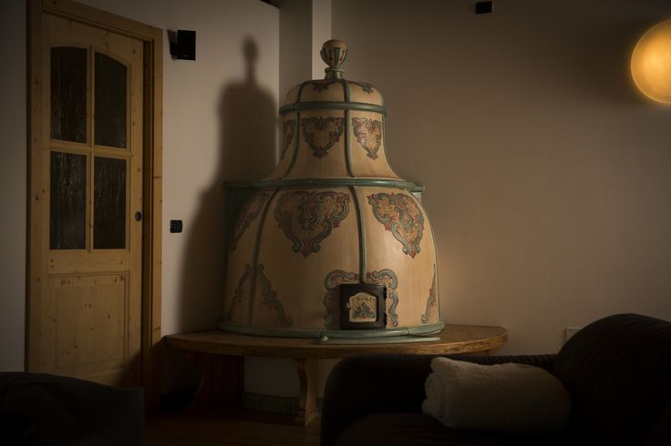 Stufa a Campana. Stufa in maiolica a legna (o elettrica) fatta a mano.  #stufecollizzolli #stufe #handmade #madeinitaly  #ceramica #stube #kachelofen #tirolesi #antiche #elettriche #calore #fuoco #camino #stove #kamin #fireplace #argilla #olle #ole #stoves #design #fuoco #chalet #baita #loft #arredo #arredamento #woodstove #calore #trentino #kamin #stufe #ceramic #legna #tirolese #decorata #fattoamano #maiolica #personalizzata #wood #refrattario #accumulo #artigianato #italy #arte #pittura…