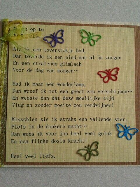 Kaart met gedicht om je op te vrolijken en een paar vlinders.