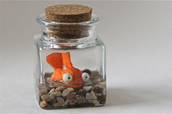 """Imagínatelo con """"guiñitos"""", el pez mutante de Los Simpsons. Fimo, un bote de cristal y piedrecitas de río."""