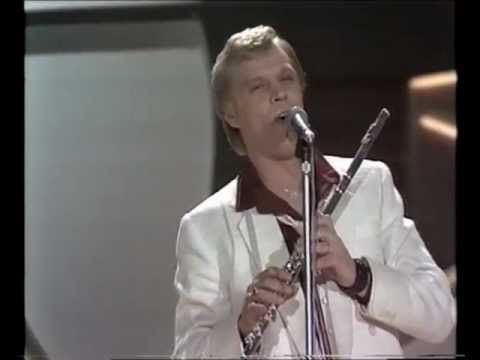 ▶ Eurovision 1980 - Finland - Vesa-Matti Loiri - Huilumies [HQ SUBTITLED] - YouTube