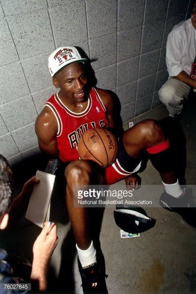 Fotografia de notícias : Michael Jordan of the Chicago Bulls celebrates...