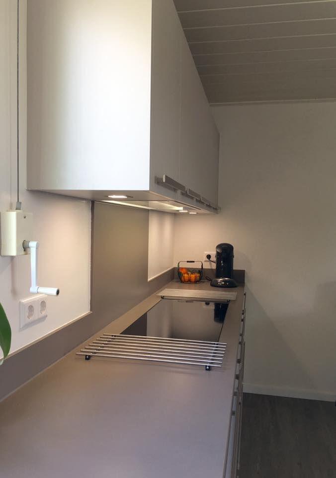 Referentie Wildhagen | Moderne keuken met kookplaat en afzuigkap. https://www.facebook.com/wildhagen.nl/posts/867463083358759 #designkeuken