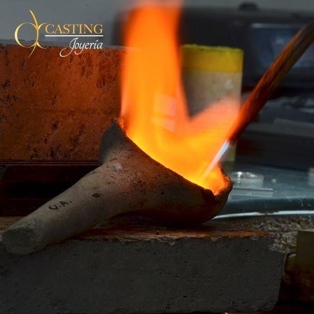 Al hacer los #anillos de #Compromiso con nosotros, te damos la opción de ser parte en la elaboración #FundiendoSuAmor con nuestros #artesanos http://castingjoyeria.com