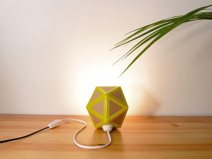 lámpara hecha de cartón