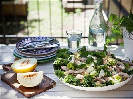 Somrig sallad med kyckling, melon och mozzarella. Perfekt picknickmat!