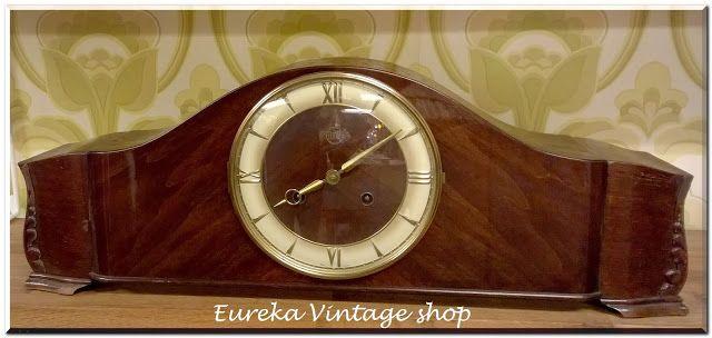 Παλιό επιτραπέζιο ξύλινο ρολόι της Γερμανικής εταιρίας AMH από την δεκαετία 1950's. Σε αρκετά καλή εξωτερική κατάσταση, με λίγα σημάδια φθοράς στην εξωτερική βαφή. Λειτουργεί και χτυπάει μια φορά στις μισές ώρες, και τον αριθμό στις ολόκληρες (διαθέτη ειδικό πλήκτρο για να μην χτυπάει όταν θέλετε). Ενδέχεται να υπάρχει μικρή απόκλιση στην ώρα, πράγμα φυσιολογικό για την ηλικία του. Δίνεται με το κλειδί του.
