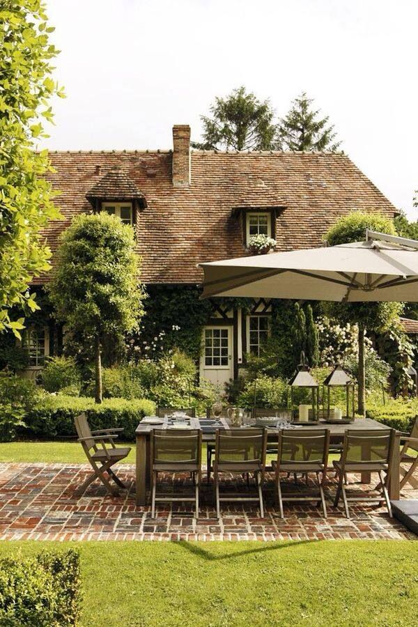 I could definitely live here. Al fresco eating in the English countryside