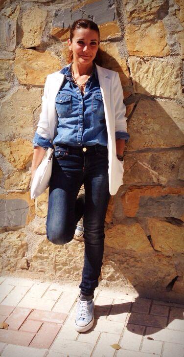 Jeans y camisa de Stradivarius, Blazer crema de Primark y cartera de Zara. La primavera se abre paso poco a poco. Todo lo puedes encontrar en Larios Centro Málaga.