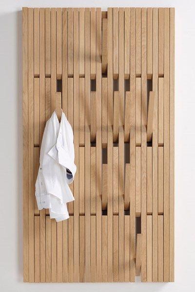 Machtig!!! Voor in de dressing. Dit ontwerp van Patrick Séha voor het Belgische label PER/USE, Piano, is een veelzijdige garderobe en kapstok met inklapbare haken van eik o...