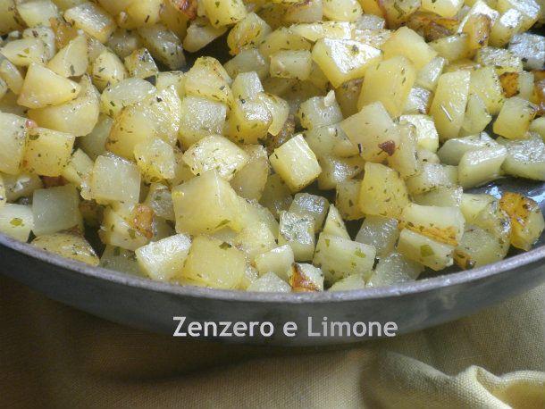 le patatas a schiscionera sono una ricetta sarda. Si tratta di un contorno molto appetitoso saltato in olio, aglio e prezzemolo.