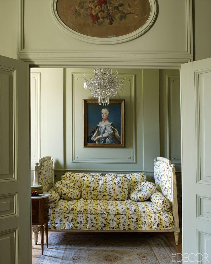 Casa senhorial do século XVIII, na lendária vinícola Château Fourcas-Hosten na aldeia de Listrac, em Bordeaux, França, passou por restauração e foi decorada no estilo Luis XVI. No quarto Polonaise, um retrato do século XVIII de Marie-Joseph da Saxônia, nora de Luis XV; o sofá Luis XVI é estofado em chita com base em um tecido do século XVIII. O lustre também é do século XVIII.  Fotografia: William Waldron.