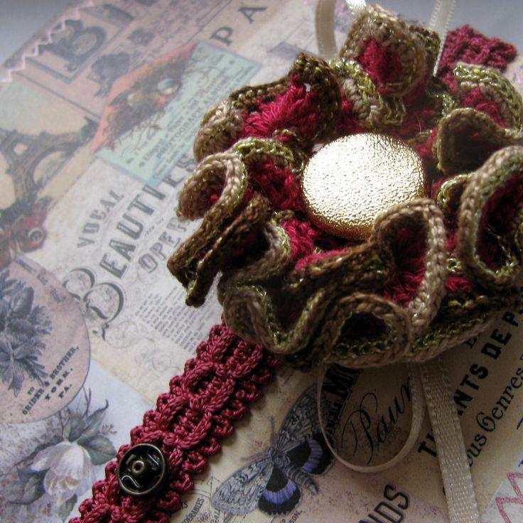 Dech Paříže - přání s odepínatelnou broží Přání je zhotoveno z kvalitního scrapbookového papíru a je ozdobeno bordurou, háčkovaným květem a patentkami... Květ - brož je opatřen brožovým můstkem.