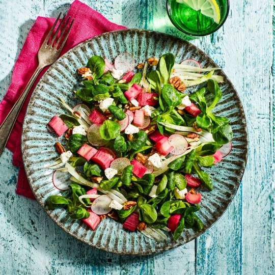 Een hartige salade met een vleugje zoet en zweempje zuur. Glutenvrij. Recept - Salade met rabarber en geitenkaas - Boodschappenmagazine