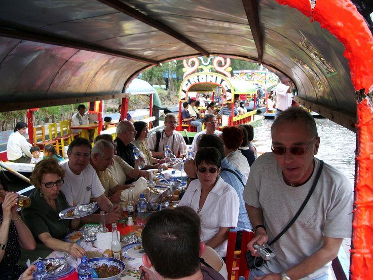 repas typique à bord des bateaux du lagon de Xochimilco.
