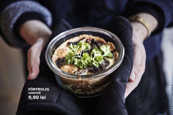 Caserola FÖRTROLIG este făcută din sticlă rezistentă la căldură, așa că o poți folosi atât în cuptor, cât și pentru servit. Poți păstra mâncarea rămasă și să o încălzești mai târziu. Astfel, vei reduce și cantitatea de deșeuri menajere.