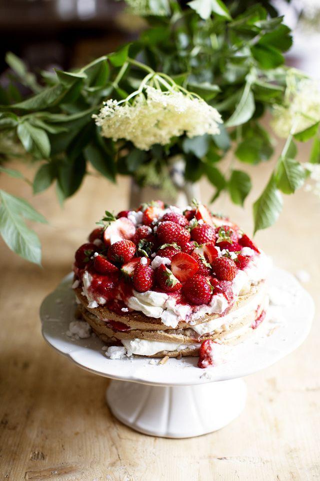 Enkla och maffiga jordgubbstårtan med grekisk yoghurt och maränger