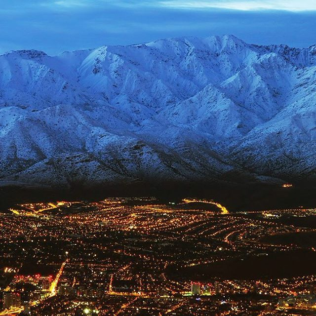 South America Skylines Location: Santiago at the base of a snowy Cerro San Ramon, Chile. Foto por el gran astofotógrafo Roberto Antezana Via @santiagoadicto #southamerica