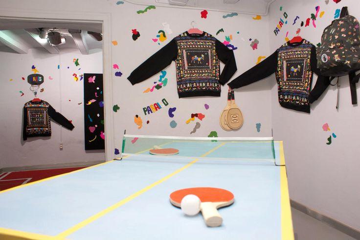 KR Store & Showroom... Bajo el concepto de Sport Deluxe, la joven diseñadora de moda Krizia Robustella ha cogido las prendas deportivas de estas últimas décadas y las ha mezclado con su propio universo, transformándolas en una obra de arte textil a medio camino entre el lujo y la comodidad. Sus arriesgadas colecciones están pensadas para gente inconformista a quien no le importa ser el centro de las miradas, y ya han arrasado en pasarelas como la 080 Barcelona y más allá del circuito…