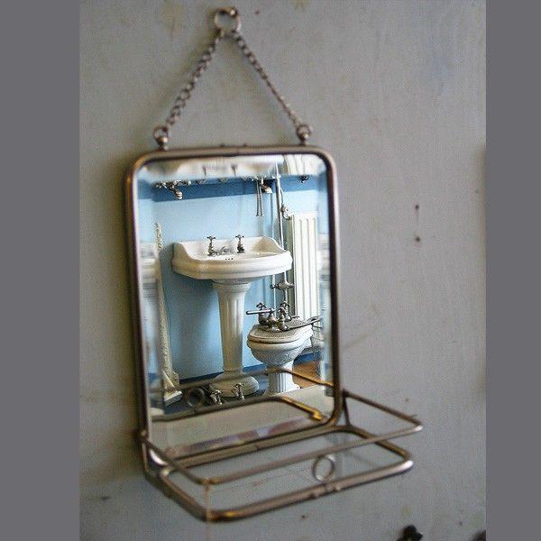 Kleine spiegel met opklabaar planchet