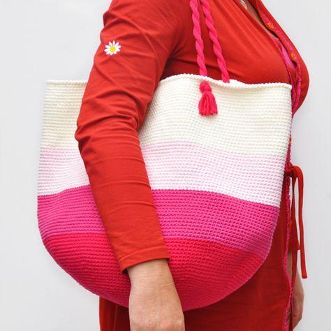 Strandtasche/Shopper - Gratis Häkelanleitung für einen supermodischen Begleiter auf dem Weg zum Strand oder auf Shopping-Abenteuern. http://www.wollplatz.de/blog/strandtasche-haekeln/