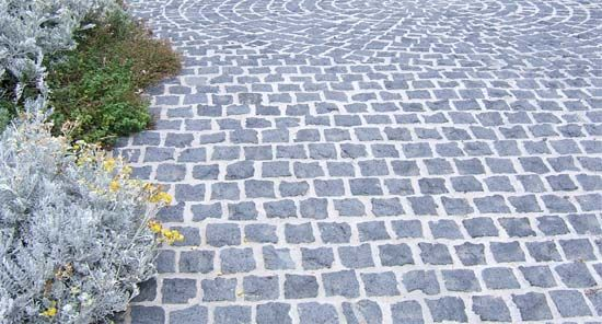 Love these bluestone cobbles - maybe for the new front courtyard!