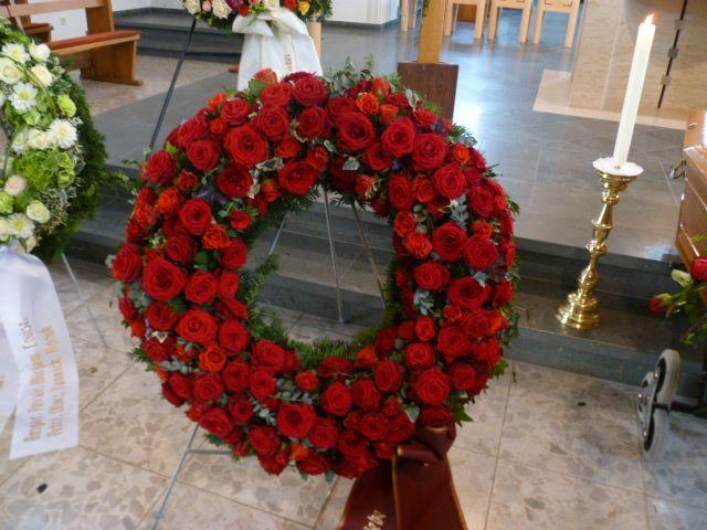 Trauerkranz rund gesteckt mit roten Rosen. www.ginkgo-wyhl.de