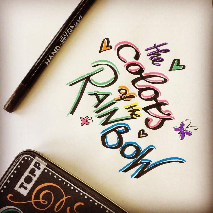 Wir konnten nicht anders wir mussten unsere neuen Handlettering Brush-Pens aus der Metalldose unbedingt auch selbst ausprobieren!  Nun ja wir müssen noch ein bisschen üben ...  Einige wunderbare Menschen aus unserer Community können das bestimmt besser oder?  Zeige uns dein Colors of the Rainbow-Lettering!  Liebe Grüße ln #topp #toppkreativ #frechverlag #topplettering #handlettering #letteringlove #letteringliebe #brushpens #kalligraphiestift #metalldose #neuestifte #lettering…