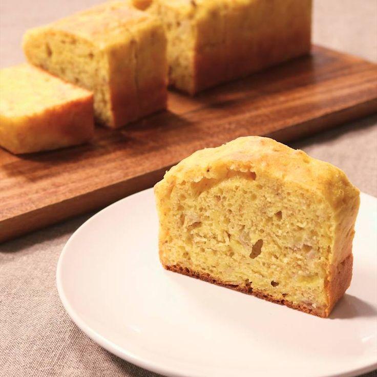 「材料3つ!簡単バナナケーキ」の作り方を簡単で分かりやすい料理動画で紹介しています。材料3つで作れる、簡単バナナケーキです。 少ない材料でも完成するので、とってもコスパの良いレシピです。 作り方もとっても簡単なので、料理が苦手な方でも挑戦しやすいですよ。休日のお菓子作りに、是非お試しください。