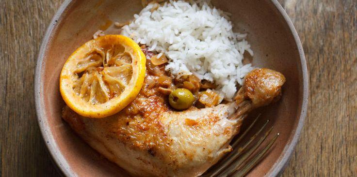 MARINADE POUR POULET (Pour 4 cuisses de poulet : 2 citrons • 100 g d'olives vertes • 4 c à s d'huile d'olive • 8 feuilles de menthe • 2 gousses d'ail • 1 pointe de harissa (ou du cumin) • sel, poivre)