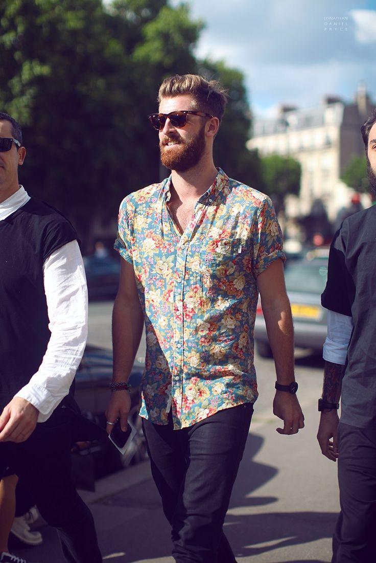 水色ベースのフラワー柄シャツを着た海外男性