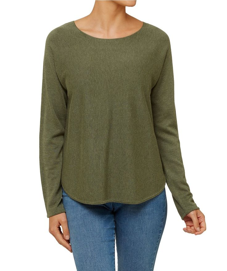 The Mid Length Essential Pullover is your new season must have. This classic knitwear piece features long sleeves, round neckline and curved hem.