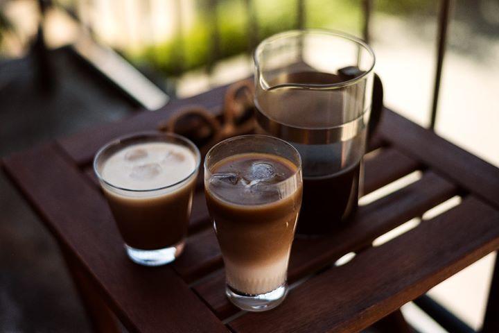 Cold Brew Coffee  unser Büro-Sommer-Wachmacher!  ------- Was braucht man dafür?   100g Kaffee (grob gemahlen von der Kaffeerösterei des Vertrauens)  1l stilles Wasser (notfalls auch einfach aus der Leitung)  großes Gefäß und einen Löffel  Milch und Eiswürfel  viel Liebe  ------- Wie funktioniert's?  1. Den Kaffee mit Wasser in ein ausreichend großes Gefäß geben. 2. Mit dem Löffel kräftig und mit viel Liebe umrühren. 3. Ab mit dem Gefäß in den Kühlschrank und 24 Stunden ziehen lassen. 4. Am…