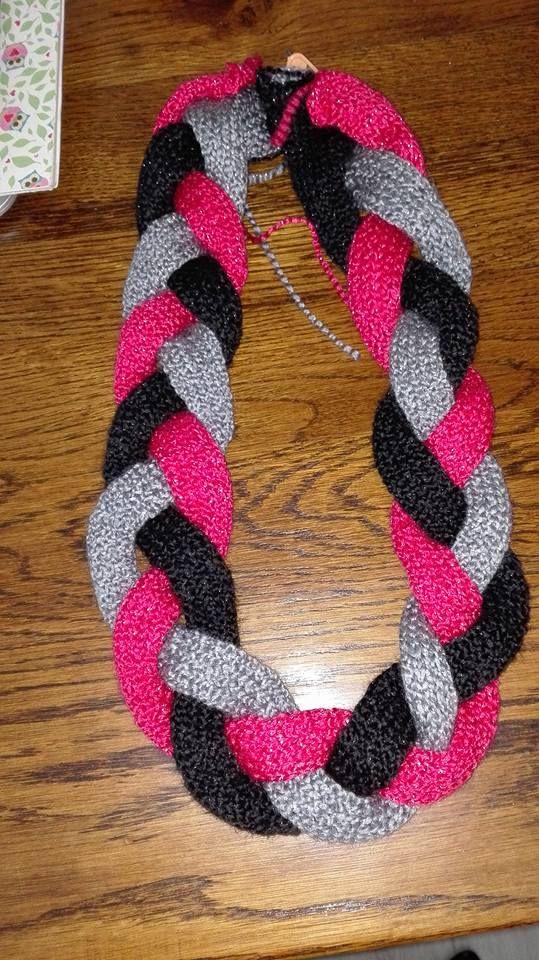 voorbeeld vlechtsjaal breien. 3 stroken 15 steken opzetten en 90cm lang breien.
