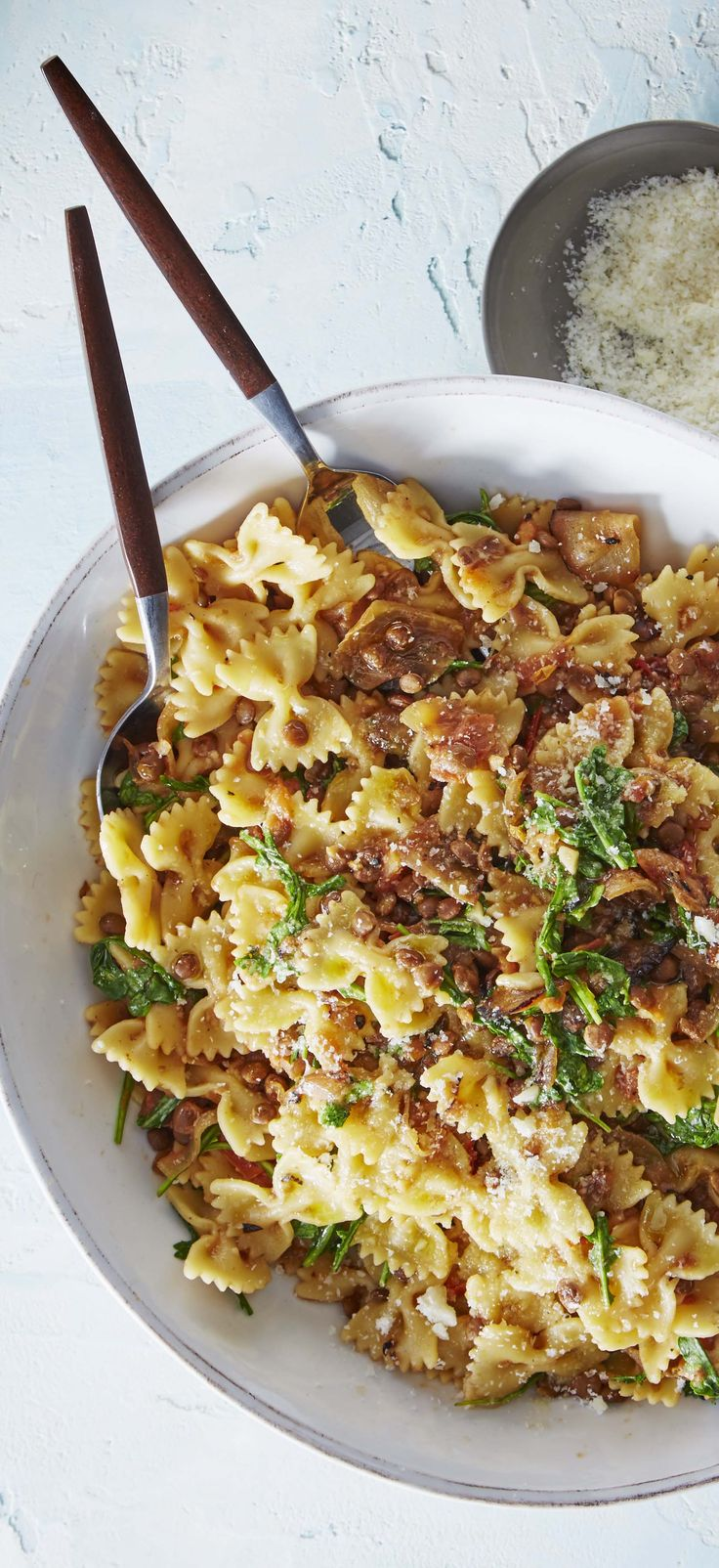 The bowtie pasta may be dressed for a formal occasion, but this recipe is perfect for a casual weeknight meal! Caramelized onions, fresh tomatoes, earthy lentils, and bright arugula come together to make a luscious pasta sauce. Top it off with a sprinkle of Parmesan and a drizzle of olive oil. Sign up for Martha & Marley Spoon meal-kit deliveries today!