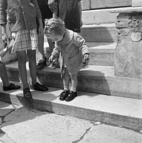 Τα καινούργια παπούτσια. Αθήνα, γύρω στο 1945 Βούλα Θεοχάρη Παπαϊωάννου